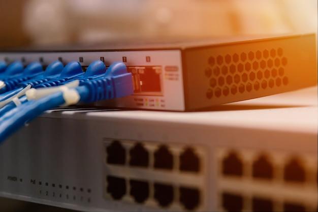 Technologia informacyjna sieć komputerowa, kable telekomunikacyjne ethernet podłączone do przełącznika internetowego.