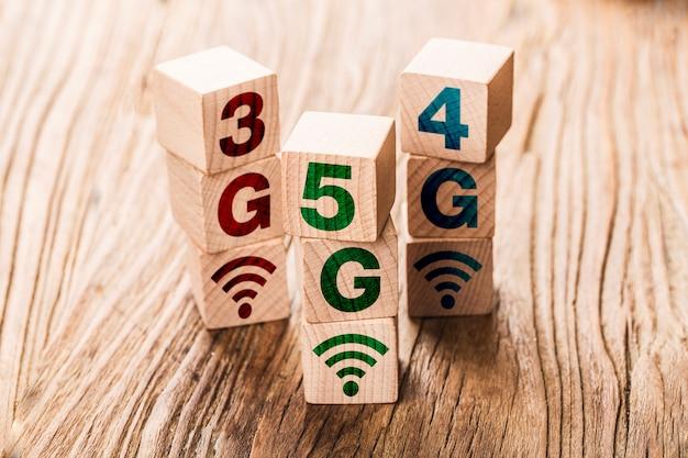 Technologia łączenia sieci 5g (5. generacji) w przyszłości globalna ręcznie odwracana drewniana kostka zmienia liczbę 4g na 5g