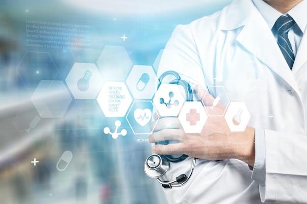 Technologia medyczna lub sieć medyczna. lekarz za pomocą cyfrowego tabletu z interfejsem ekranu.