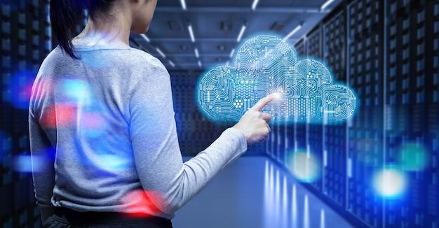 Technologia przetwarzania w chmurze z serwerownią i pracownikiem z wyświetlaczem graficznym