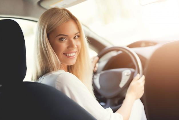 Technologia przyszłości. kobieta jedzie nowożytnego samochód