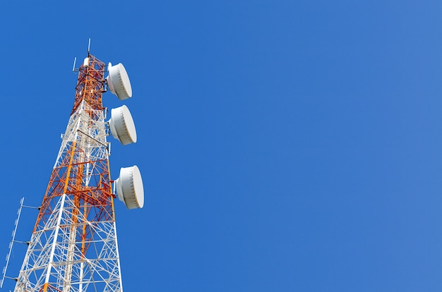 Technologia telekomunikacyjna, maszt wieży telekomunikacyjnej lub antena do mobilnej telefonii komórkowej gsm sieć internetowa wifi używana do nadawania bezprzewodowego sygnału cyfrowego radia na tle błękitnego nieba kopia przestrzeń