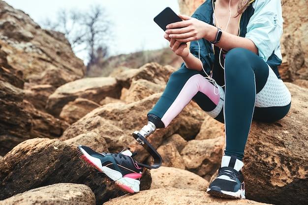 Technologie cyfrowe przycięły obraz niepełnosprawnych kobiet w strojach sportowych z siedzącą protezą nogi