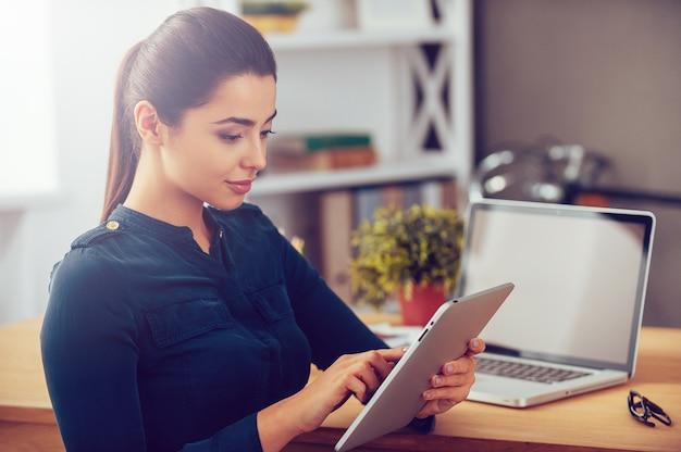 Technologie ułatwiające życie. atrakcyjna młoda kobieta pracuje na cyfrowym tablecie