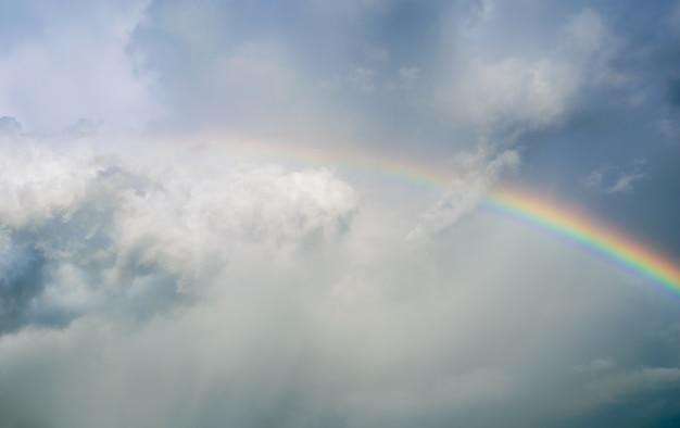 Tęcza na niebie deszczowy dzień