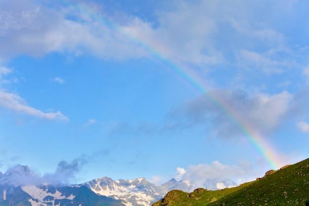 Tęcza nad górami. piękne naturalne krajobrazy. malownicza przyroda.