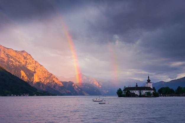 Tęcza nad jeziorem i górami, austria, gmunden, alpy.