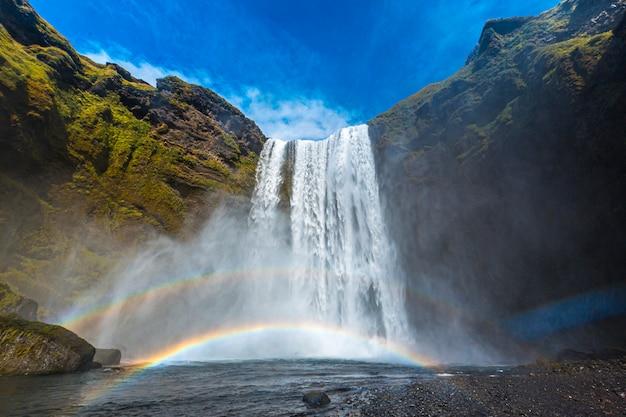 Tęcza w wodospadzie skogafoss w złotym kręgu na południu islandii