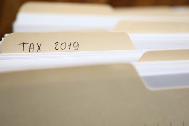 Teczka papierowa z formularza podatkowego na sprawozdanie finansowe za rok 2019