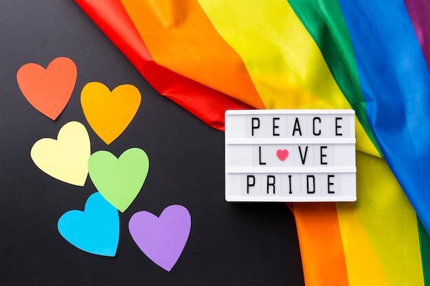 """Tęczowa flaga dumy i cytat """"miłość pokoju duma"""""""