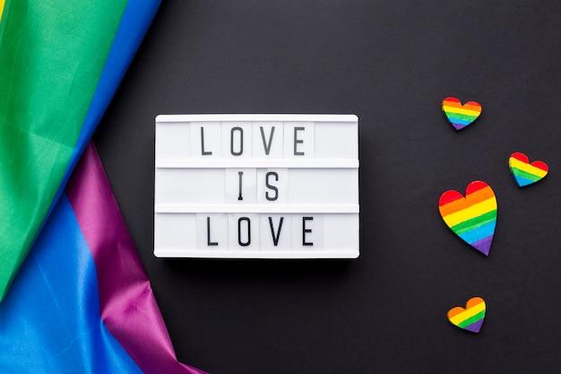 """Tęczowa flaga dumy i cytat """"miłość to miłość"""""""