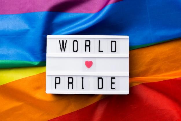 """Tęczowa flaga dumy i cytat """"światowa duma miłości"""""""