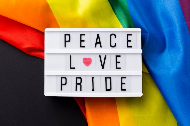 """Tęczowa flaga dumy i """"duma miłości pokoju"""" cytują zbliżenie"""
