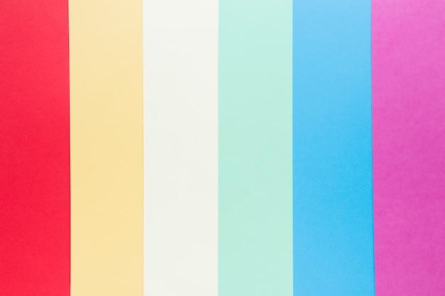 Tęczowa flaga lgbt wykonana z kolorowego papieru