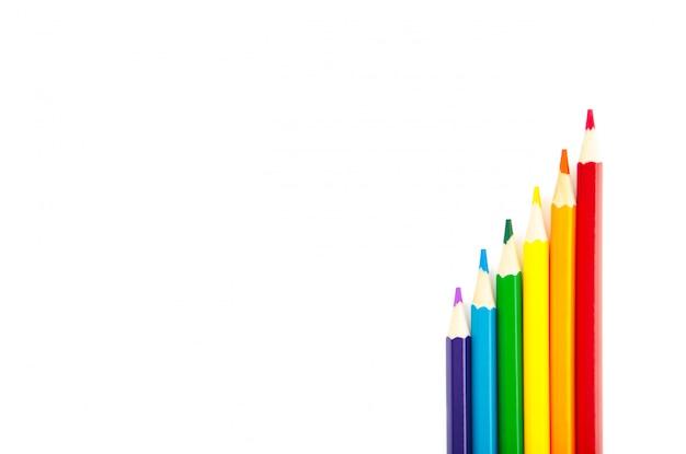 Tęczowa flaga lgbt wykonana z sześciu kolorowych ołówków na białym tle