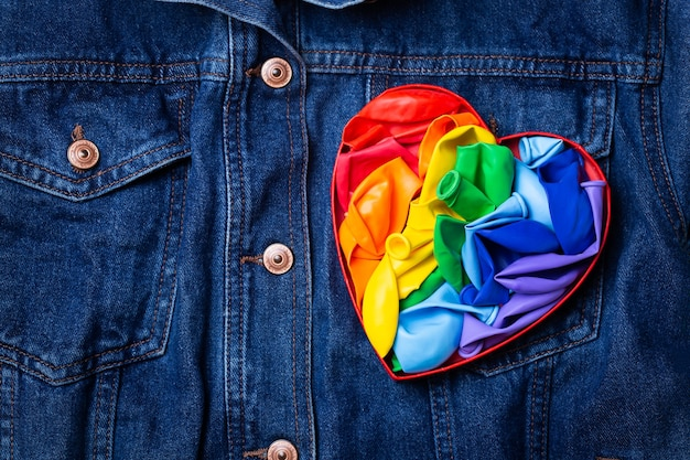 Tęczowa flaga lgbtq w kształcie serca na tle denimowego miesiąca dumy