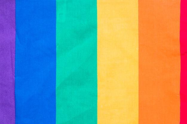 Tęczowa flaga na papierze