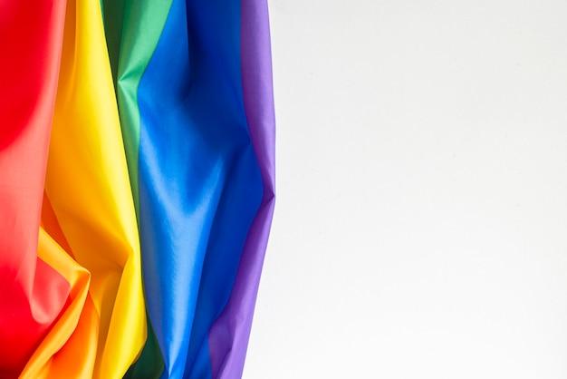 Tęczowa flaga na ścianie, flaga gejów, obraz koncepcyjny, miejsce na tekst