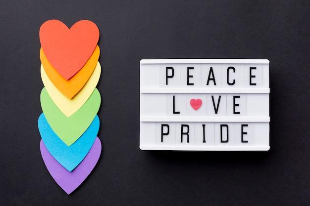 """Tęczowa flaga serc i cytat """"duma miłości pokoju"""""""