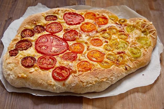 Tęczowa pizza pomidorowa