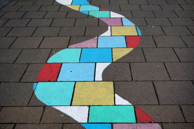 Tęczowa ścieżka na ulicy chodnikowej w centrum reykjaviku, islandia
