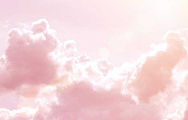 Tęczowe chmury. tło. słońce i chmura tło w pastelowym kolorze.