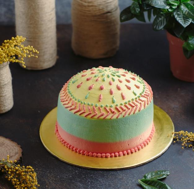 Tęczowe ciasto na stole