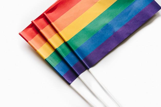 Tęczowe flagi na białym tle