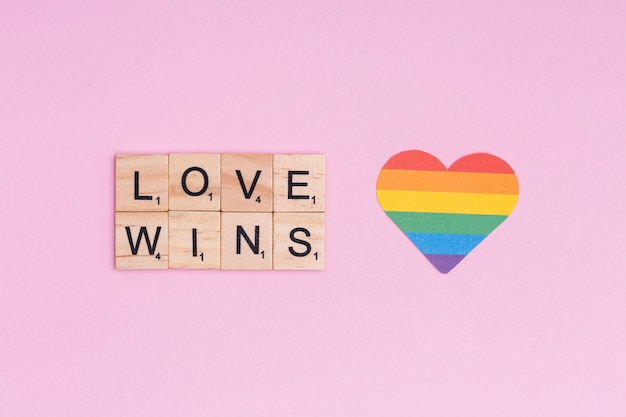 Tęczowe serce i hasło lgbt love wins