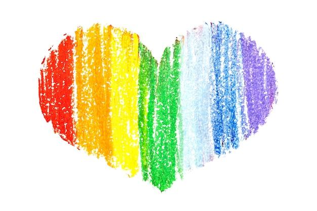 Tęczowe serce kredką na białym tle. kolory dumy gejowskiej