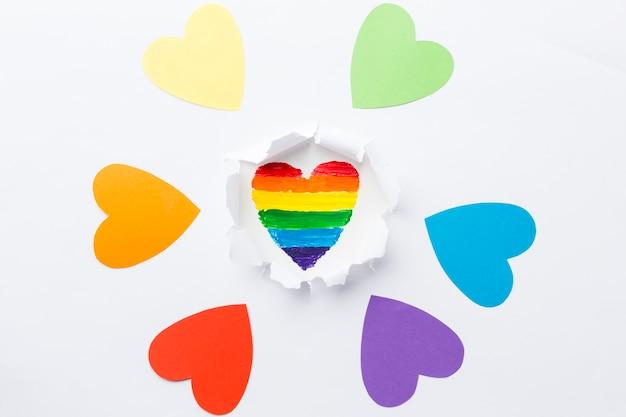 Tęczowe serce otoczone monochromatycznymi sercami