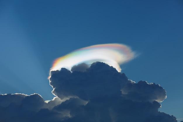 Tęczowe światło z chmurami cumulonimbus o zmierzchu