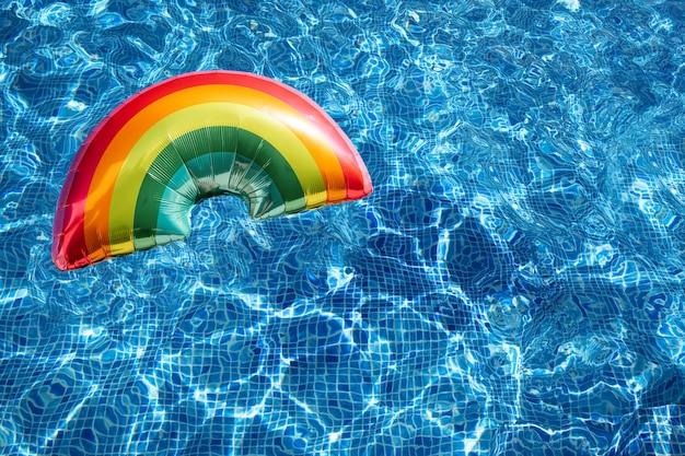 Tęczowy balon na falistej powierzchni wody basenu. pojęcie lgbti. tło. miejsce na kopię.