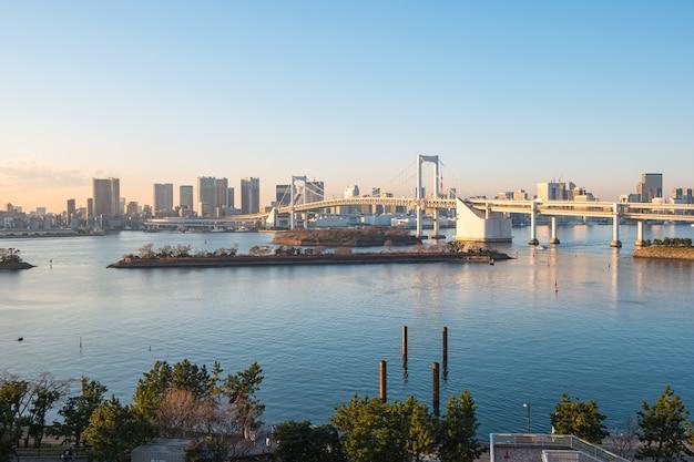 Tęczowy most z widokiem na zatokę tokijską i panoramę miasta w tokio, japonia.