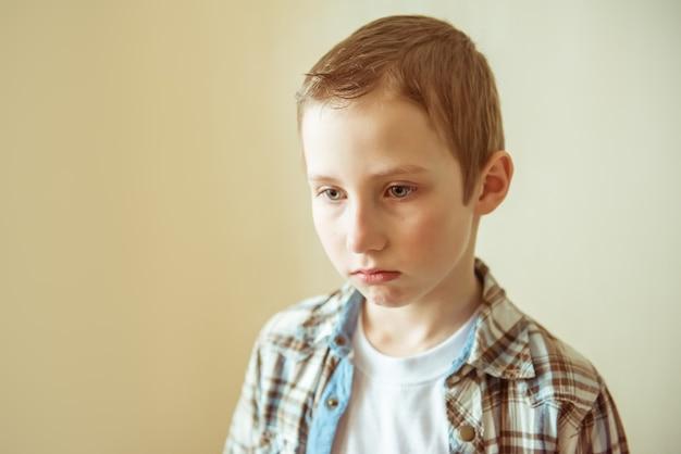 Teen boy smutny, zdenerwowany, gotowy do płaczu