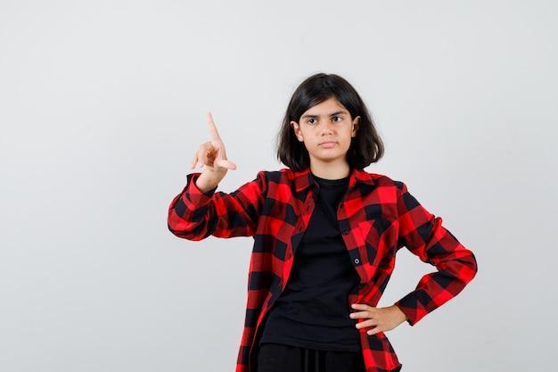 Teen dziewczyna skierowana w górę w casual shirt i patrząc zamyślony. przedni widok.