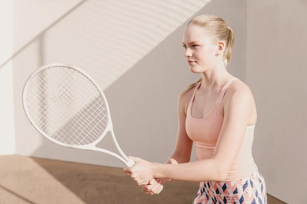 Teen dziewczyna tenisistka, szkolenie zdrowych młodych sportowców, koncepcja aktywnego dobrego samopoczucia