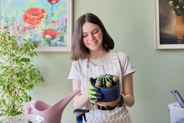 Teen dziewczyna trzyma kaktus w doniczce. hobby i wypoczynek, ogrodnictwo domowe, roślina doniczkowa, koncepcja przyjaciół doniczkowych