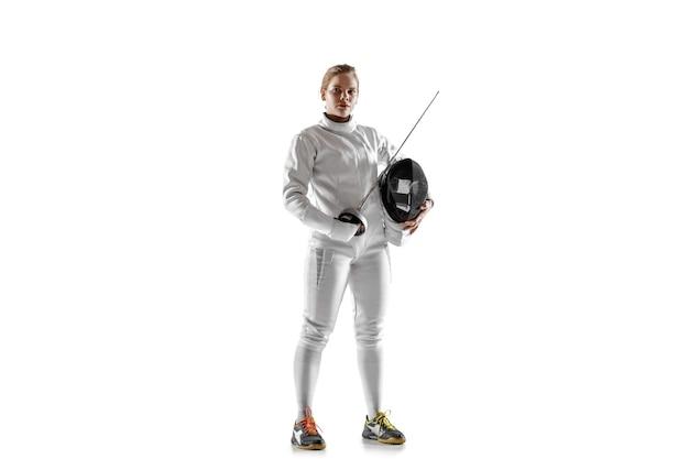 Teen dziewczyna w stroju szermierki z mieczem w ręku na białym tle.