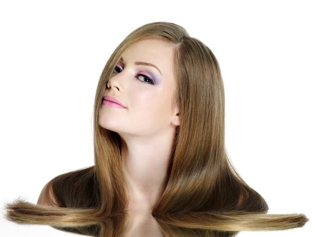 Teen dziewczyna z długimi prostymi włosami, na białym tle