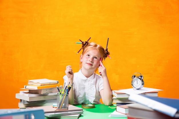 Teen dziewczyna z dużą ilością książek