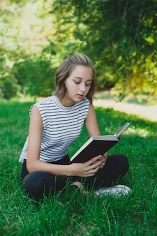 Teen girl czytanie książki