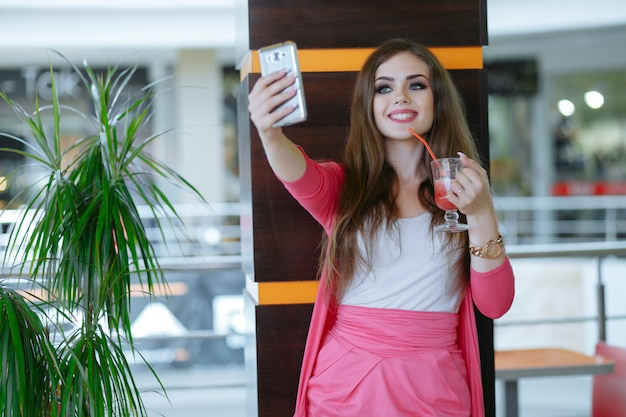 Teenage dziewczynka uśmiecha się podczas robienia auto photo