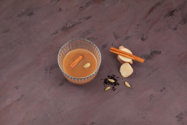 Teh tarik czyli teh halia - herbata imbirowa w kuchni brunei, malezji i singapuru. warzony jest z mocno słodzonej czarnej herbaty z mlekiem lub skondensowanym mlekiem.
