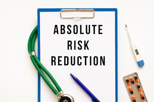 Tekst absolute risk reduction w folderze ze stetoskopem