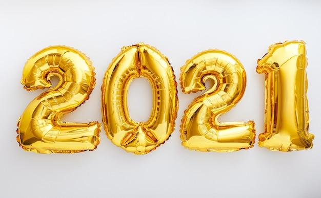 Tekst balonu 2021 na białym tle. szczęśliwego nowego roku zaproszenie ze złotymi balonami świątecznymi 2021.