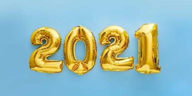 Tekst balonu 2021 na niebiesko. szczęśliwego nowego roku zaproszenie ze złotymi balonami świątecznymi 2021.