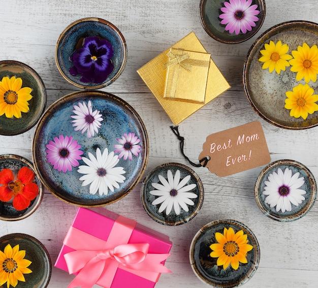 Tekst best mom ever z kwiatami i pudełkami prezentowymi