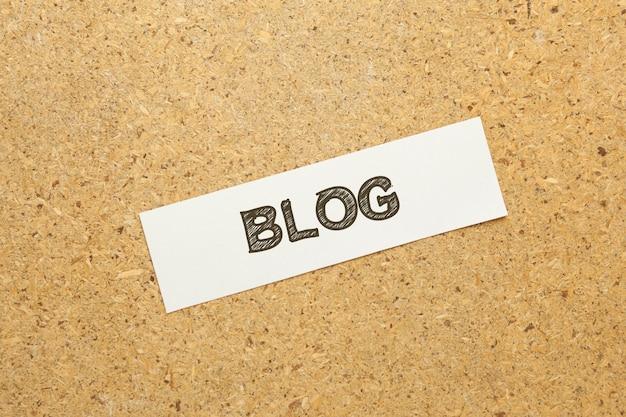 Tekst bloga na brązowym stole
