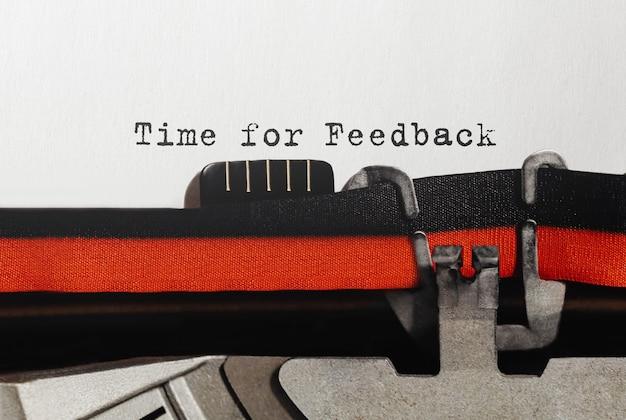 Tekst czas na opinię wpisany na maszynie do pisania w stylu retro